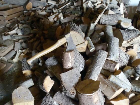Zuerst macht Holz warm beim hacken, dann gibt Holz warm im Ofen