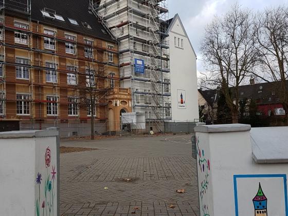 Eingangstor und Haupteingang  meiner Grundschule....